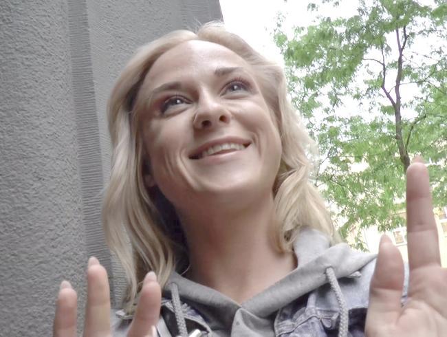 Video Thumbnail Junge Blondine auf der Straße um Hilfe gebeten