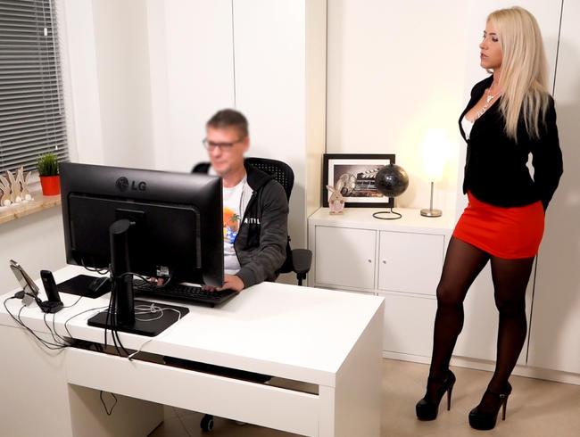 Daynia - Der Super Nerd aus der IT Abteilung | Sein 1. Mal wird er so schnell nicht vergessen...!