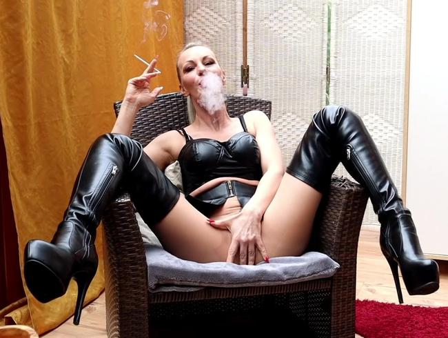 Video Thumbnail Smoking Bitch in Nylon und neuen Lederfickstiefeln 2x vollgepumpt !