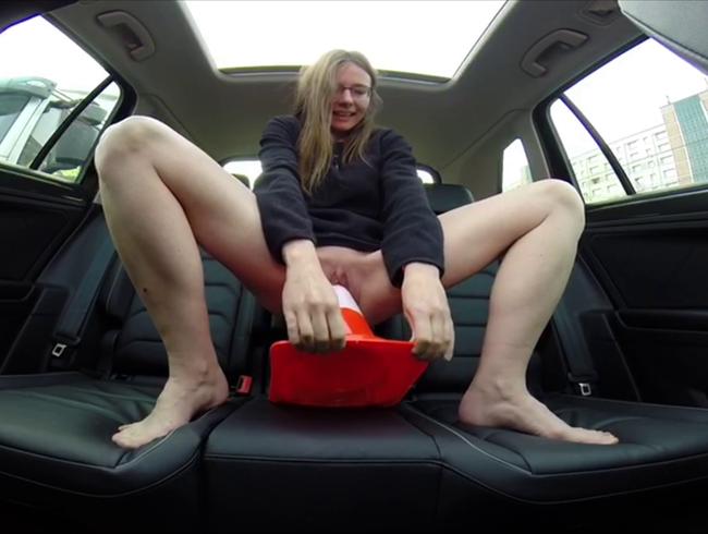 Video Thumbnail Muschi im Auto mit Verkehrshüten und Faust gedehnt (Userwunsch)