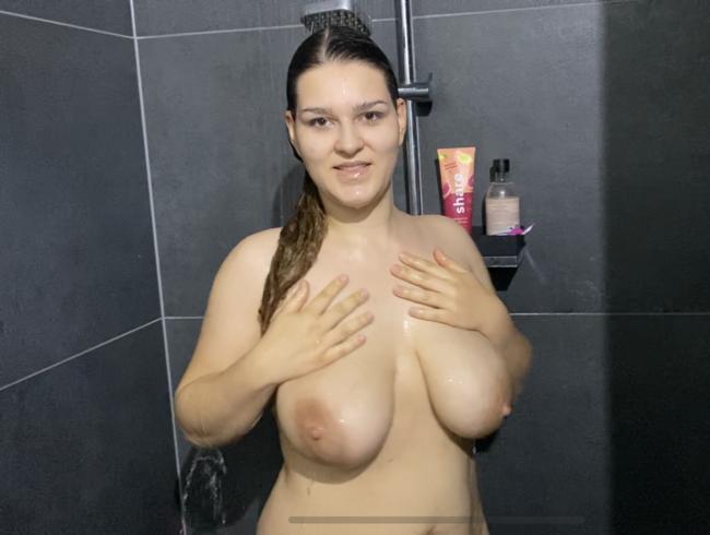 Video Thumbnail Die Hüllen fallen - Duschspaß und Strip!