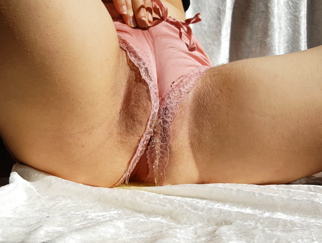 Video Thumbnail Geile Golden Shower mit Cameltoe-Pussy  :)