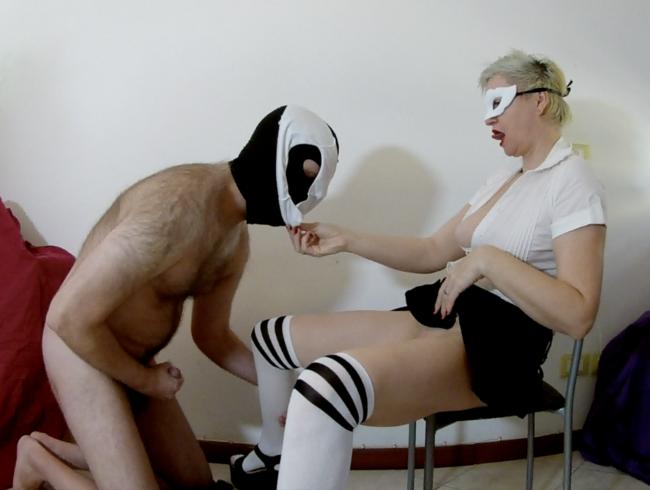 Video Thumbnail Uniform- und Plateauschuhe führen zu Pussyanbetung und Sperma an den Füßen