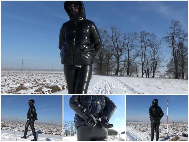 Video Thumbnail Winterspaziergang in einer PVC-Daunenjacke und Handschellen (Hände zurück)