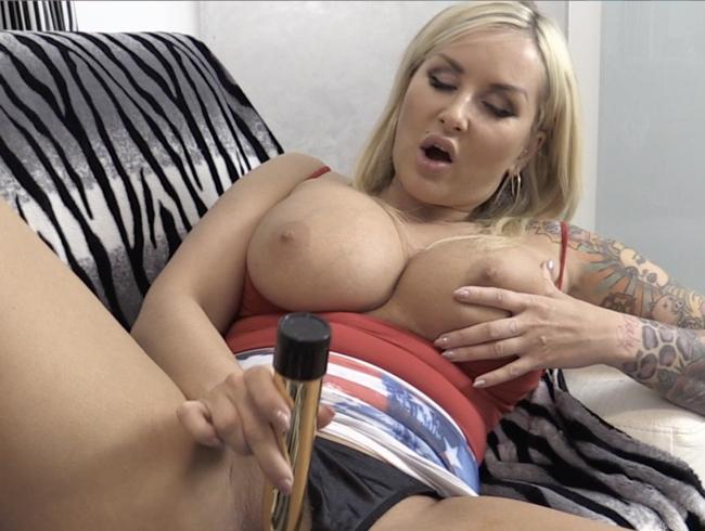 Video Thumbnail Sarah riesen Brüste macht es sich selber!!!