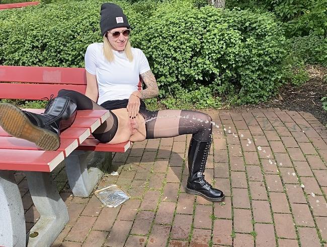 Video Thumbnail Rastplatz-Piss-Stop - Chloé genießt die Pinkelpause in der Sonne