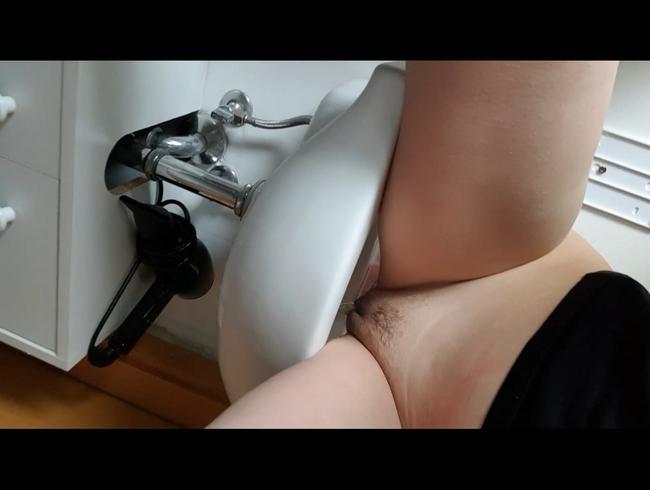 Video Thumbnail Bei einer Freundin ins Waschbecken gepisst