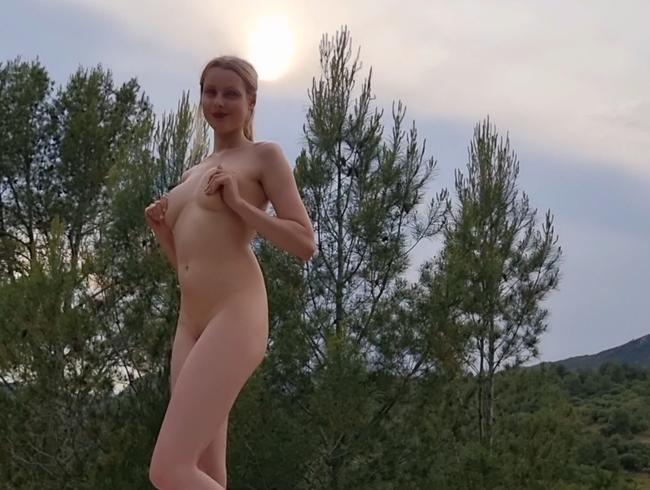 Video Thumbnail Sexy Girl fingers to Orgasmus in the Forest