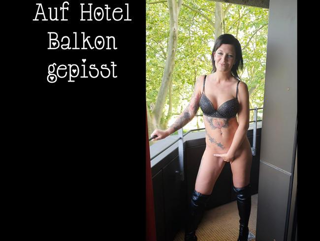 Video Thumbnail Auf Hotel Balkon gepisst