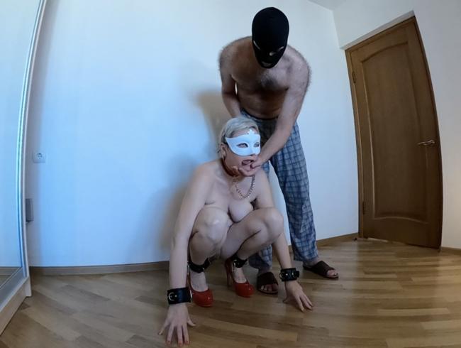 Video Thumbnail MILF-Sub mit Halsband und Leine mit hängenden Titten