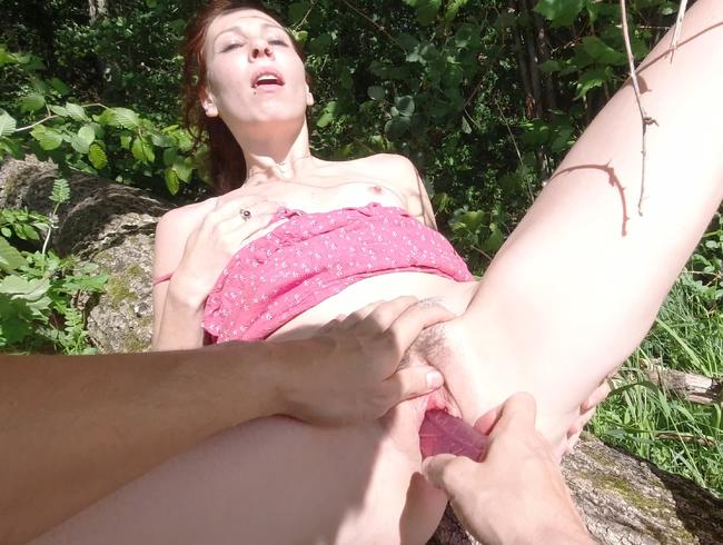 Video Thumbnail Auf Baumstamm mit Dildo gefickt