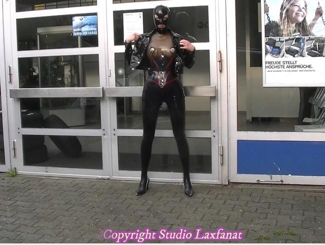 Video Thumbnail Originalton! Latex-Puppe in dunklen Leggings, Korsett und Maske mit aufblasbarem Dildo