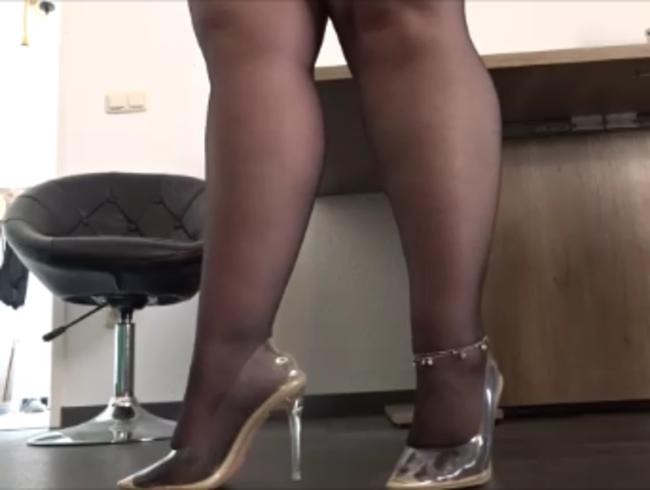 Video Thumbnail Geile stinkende Käsefüße in schwarzer Nylon und transparenten Pumps Nahaufnahmen und Ganzkörper
