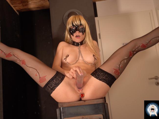 Video Thumbnail Dildo Reiten in Nylons und Heels mit Plug im Arsch und Nippelklemmen bis heftiger Orgasmus