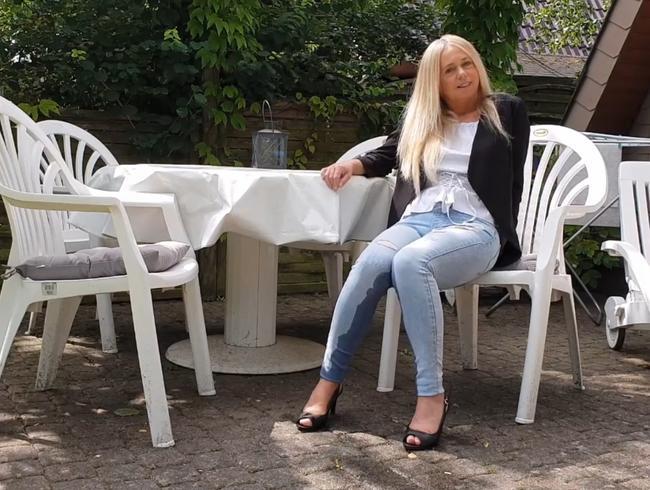Video Thumbnail OUTDOOR EINGEPISST!! Warten mit nasser Jeans!!!