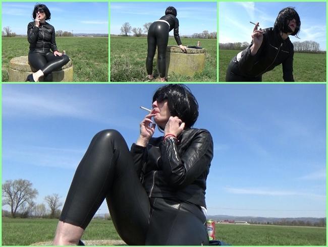 Video Thumbnail Angela raucht in einem Lederoutfit