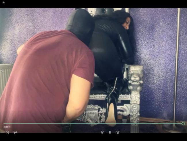 Video Thumbnail Deine Orientgöttin auf Ihrem Thron und der Sklave da wo er hingehört!