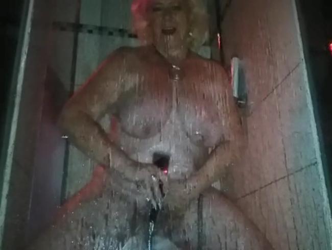 Video Thumbnail öffentlich im pornokino geduscht