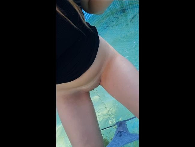 Video Thumbnail In Nachbars Pool gepisst