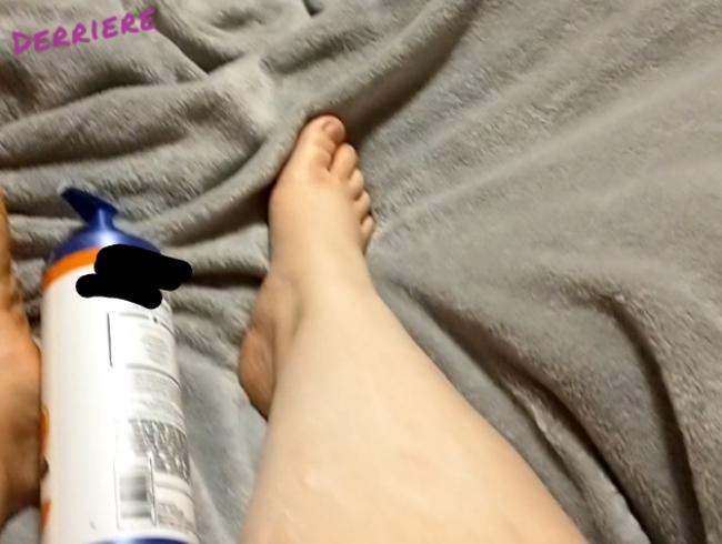 Video Thumbnail Demi malt ihre Zehennägel, nachdem sie ihre Füße und Beine eingecremt hat.