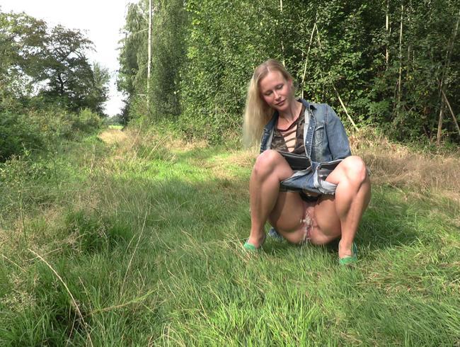 Video Thumbnail Süßes Girl pisst outdoor