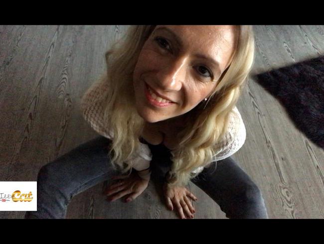 Video Thumbnail In der Jeans besorge ich es mir auf dem Fußboden