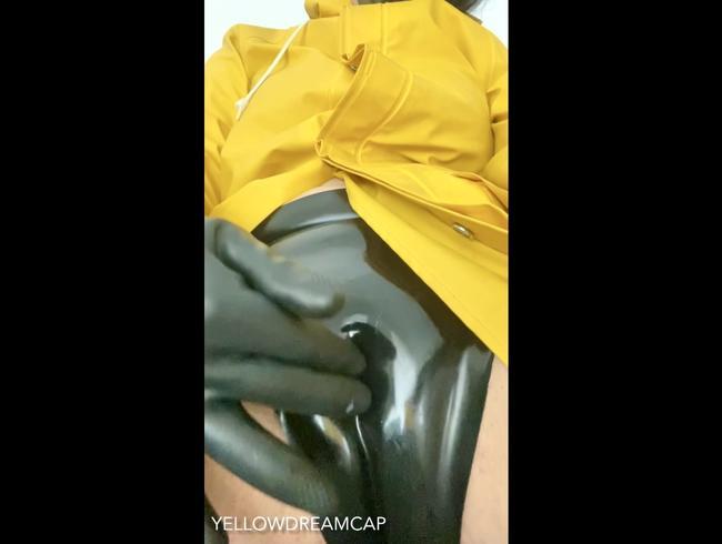 Video Thumbnail Latexstrümpfe mit Regenjacke kommt richtig gut … dazu geie Absatz Hunter… so lecker