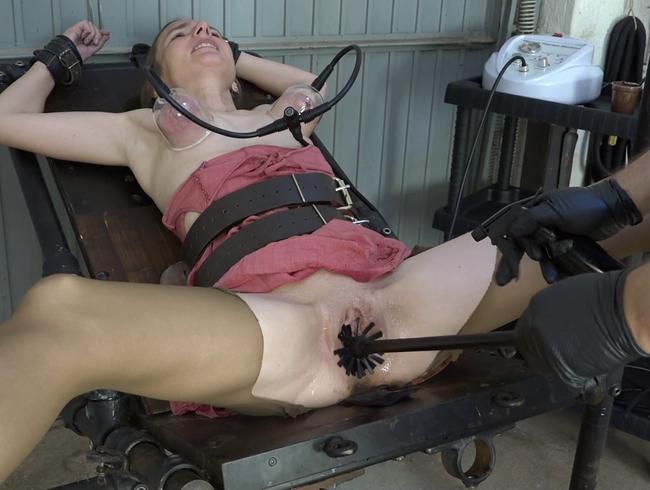 Video Thumbnail Pudding mit Klobürste aus der Muschi geschrubbt